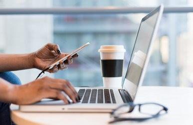 SCM Laptop Kaffeebecher Webinar Anmutung c unsplash